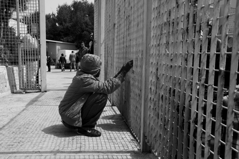 Lampedusa (AG), 24/04/2013, un giovane migrante nel Centro di accoglienza.