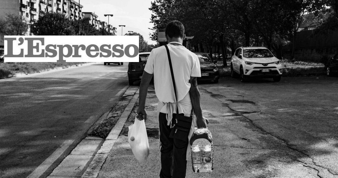 Napoli,23/10/18. Un ragazzino consegna la spesa a casa ad un cliente per conto di una salumeria.