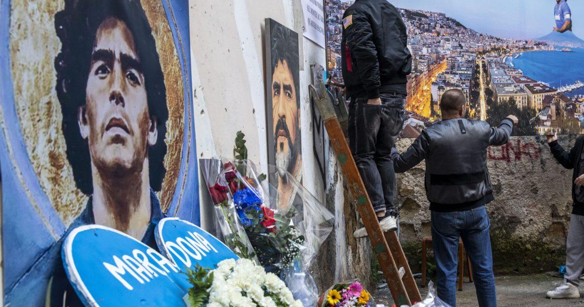 Napoli 27/11/20, Quartieri Spagnoli in Via Emanuele de Deo sotto il Murales storico del campione argentino Diego Armando Maradona è stato creato un altarnio commemorativo per la scomparsa del campione argentino.